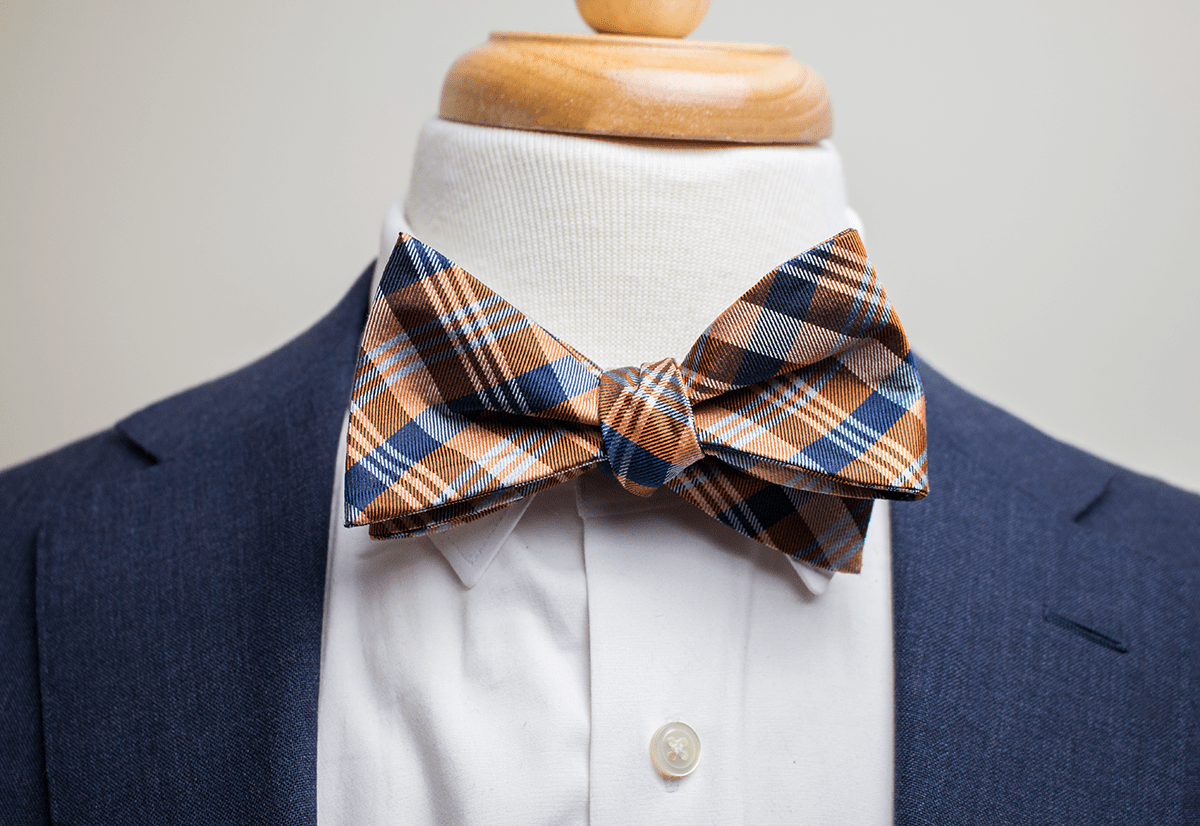 pointed collar with a bow tie